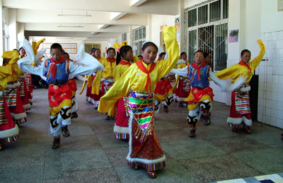 N° 28 - Children performing traditional tibetan songs and dances